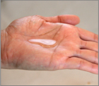 洗顔後、100円玉大を手のひらに取り、顔から首にかけてたっぷりとお使いください。